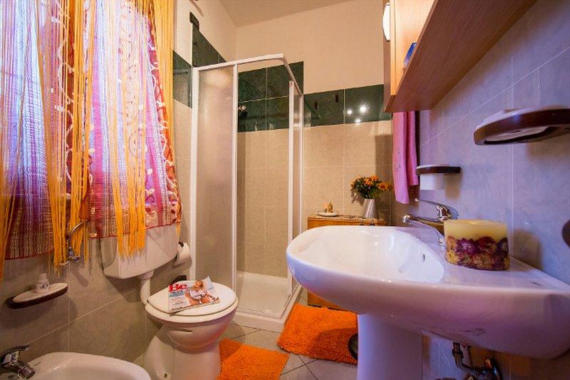 Banheiro com um chuveiro