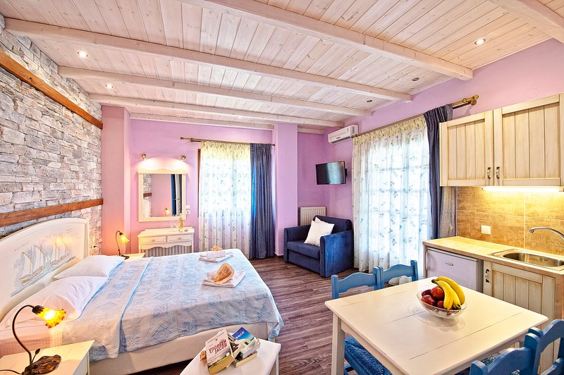 Lux Superior Suite for 3 persons 20m. from Sea, casa vacanza a Makrirrachi