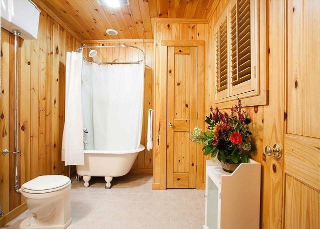Medio baño con bañera decorativa no se puede utilizar