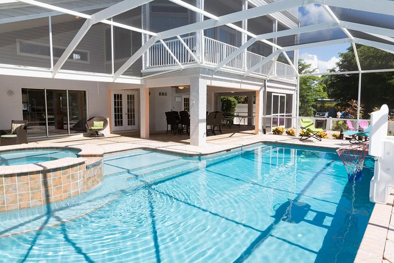 244 Flamingo-Canal home with lanai, pool, spa, and FUN (Owner's listing), location de vacances à Fort Myers Beach