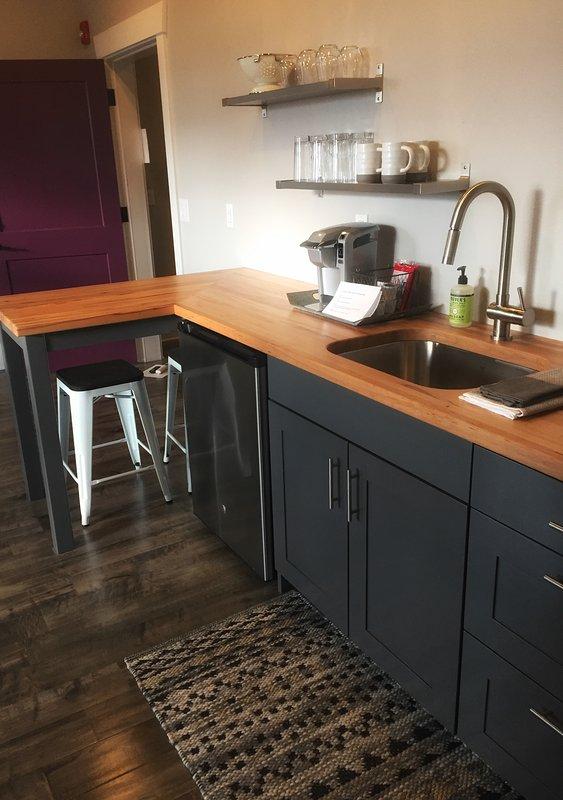 personalizado construído cozinha com contadores bloco de carniceiro e bar.