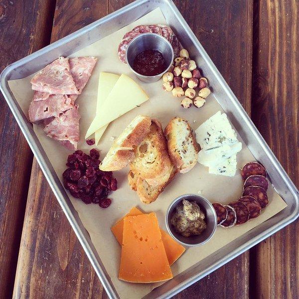 Idea ... Traga um prato de carne e queijo até o seu loft para um lanche tarde da noite.