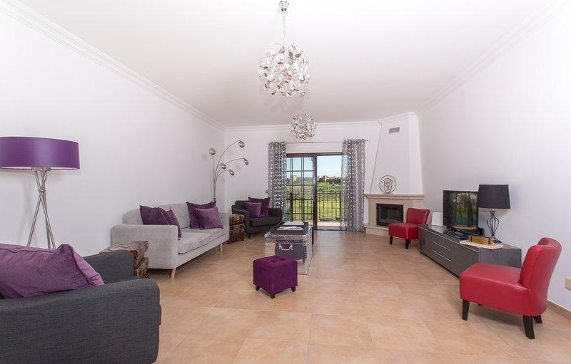 Habitación moderna y amplia sala de estar de 27 pies con mobiliario de alta calidad.