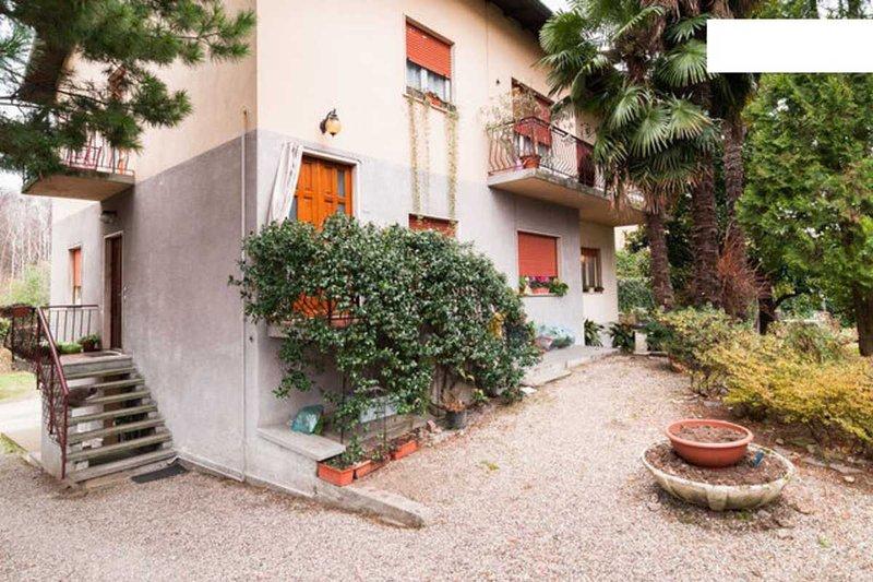 Spazioso appartamento vicino al lago con giardino, holiday rental in Caravate