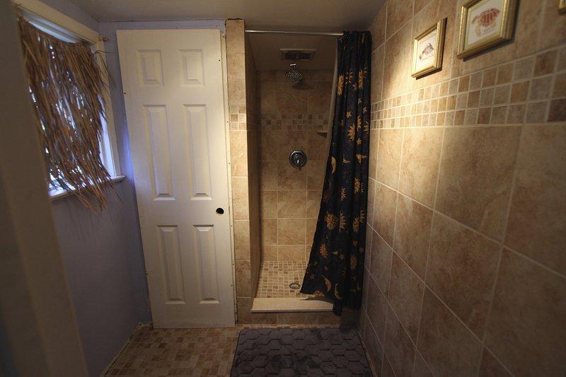 El cuarto de baño en la casa está completamente de azulejos.