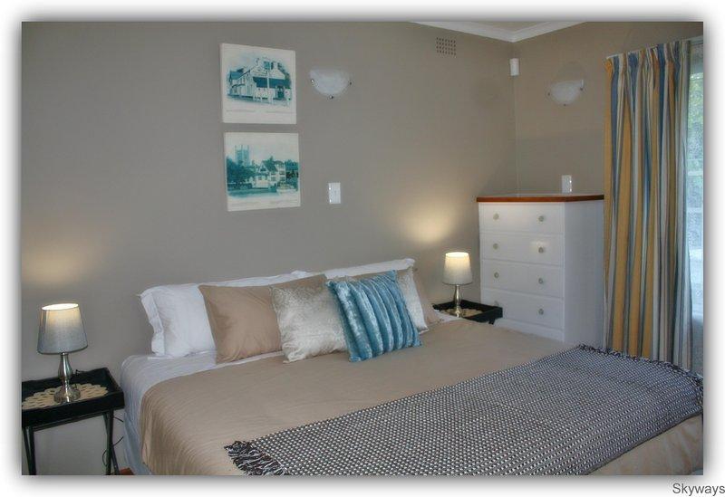 Slaapkamer 1. King size bed en een eenpersoonsbed naast de deur