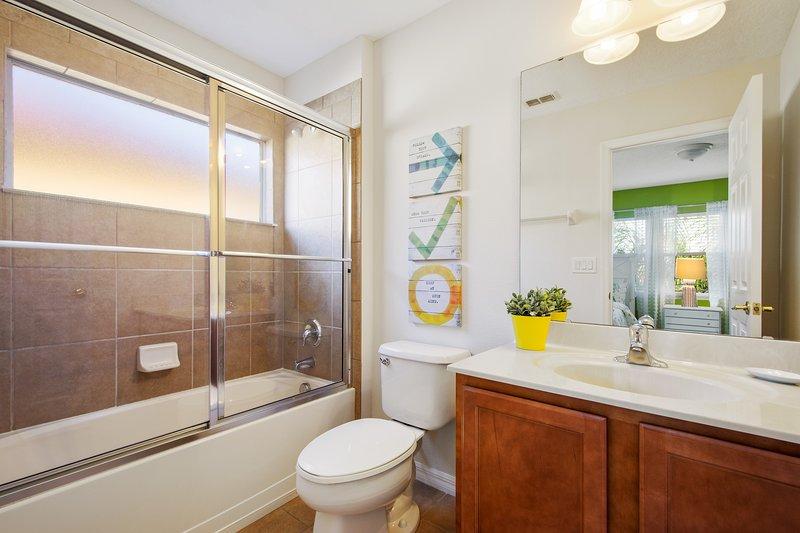 Suite 2 - 2 Volledige bed, kast, TV, badkamer met bad