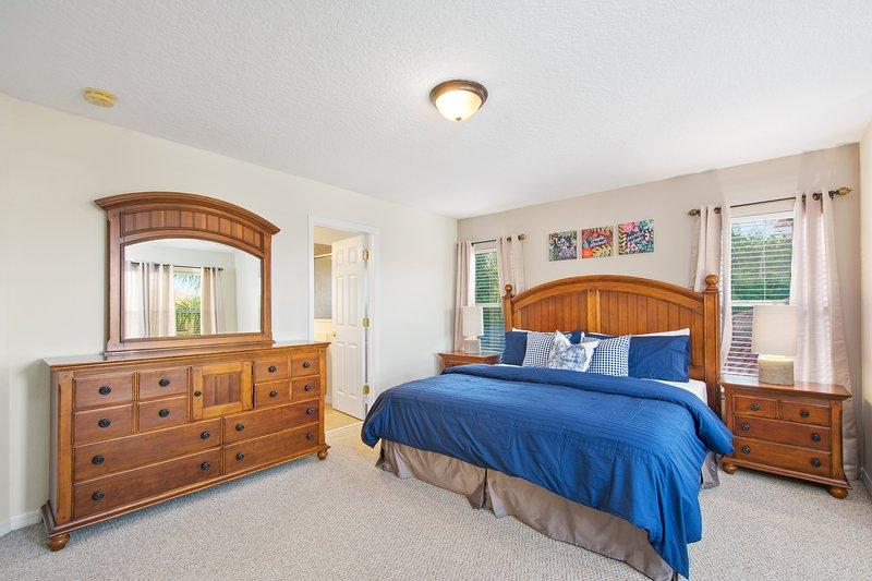 Master Suite 1 - kingsize bed, Wandelen in kleerkast, TV, Badkamer