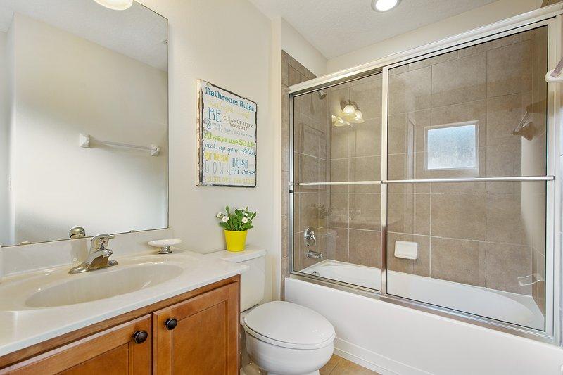 Suite 3 - Minions - 2 Twin Bed en 1 Full bed, kast, TV, badkamer met bad