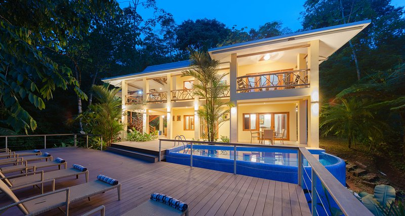 Villa con vistas parciales al mar rodeada de selva, 20 min.away Manuel Antoino P, vakantiewoning in Playa Matapalo