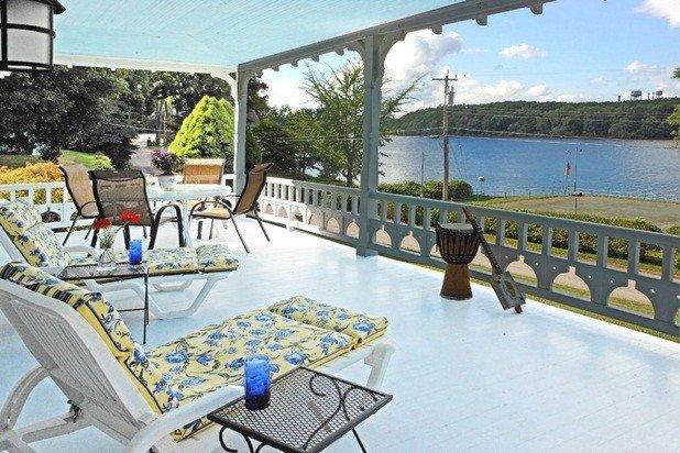 Il portico avvolgente è il luogo ideale per rilassarsi, cenare, o guardare il flusso del fiume da