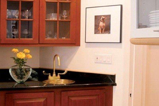 Il mobile bar è in cucina appena sulla sinistra prima di entrare nella sala da pranzo
