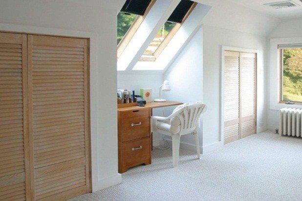 Il 3 ° piano camera da letto espansiva ha anche una scrivania con lucernari in testa e un sacco di spazio armadio!