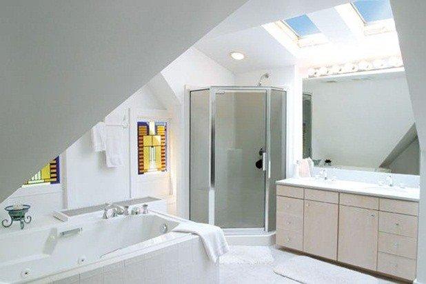 3 ° bagno padronale piano dispone di 2 lavandini, lucernari, doccia e vasca idromassaggio per 2