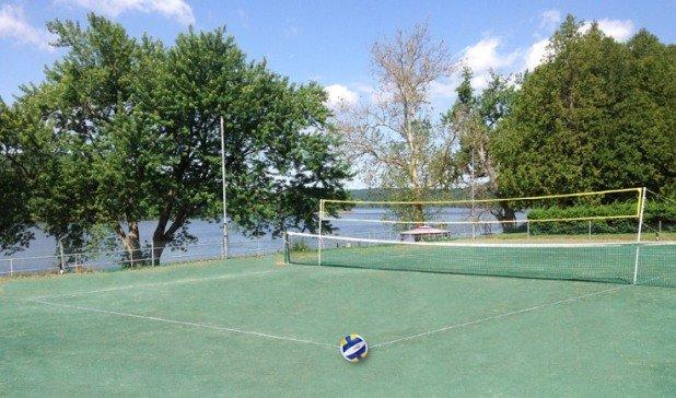 Il badminton / pallavolo si affaccia sul fiume