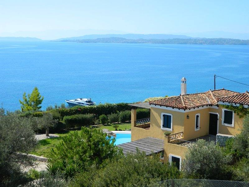 Private villa with private pool and sea view, vacation rental in Thermisia