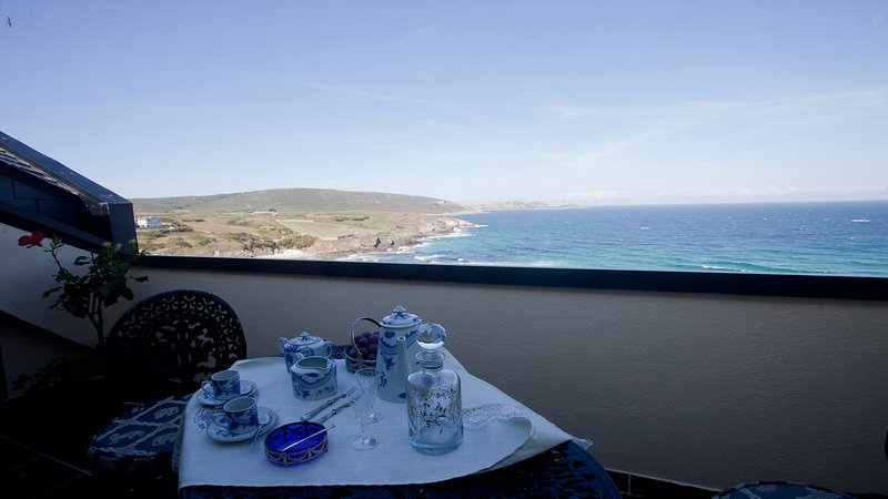 Terrace overlooking the beach and Sisargas.Apartamento Islands with direct beach access.