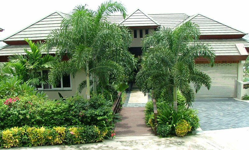 En regardant l'entrée de la villa