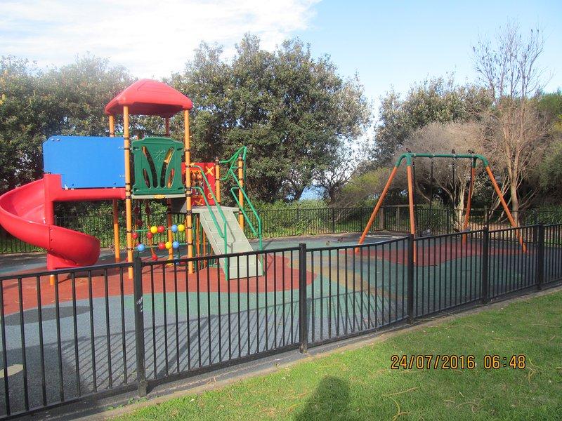 Terrain de jeux pour enfants à 800m de la maison de ville.