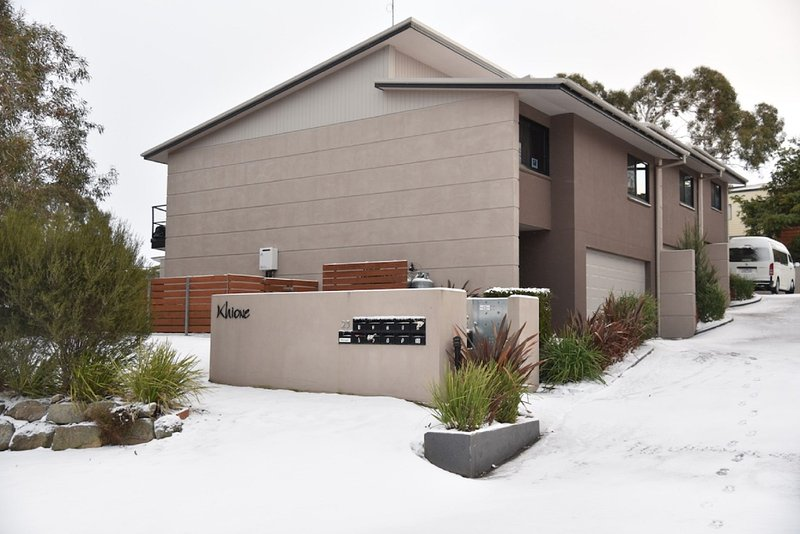 Khione 1 - Modern & spacious with views towards Lake Jindabyne & the mountains b, holiday rental in Jindabyne