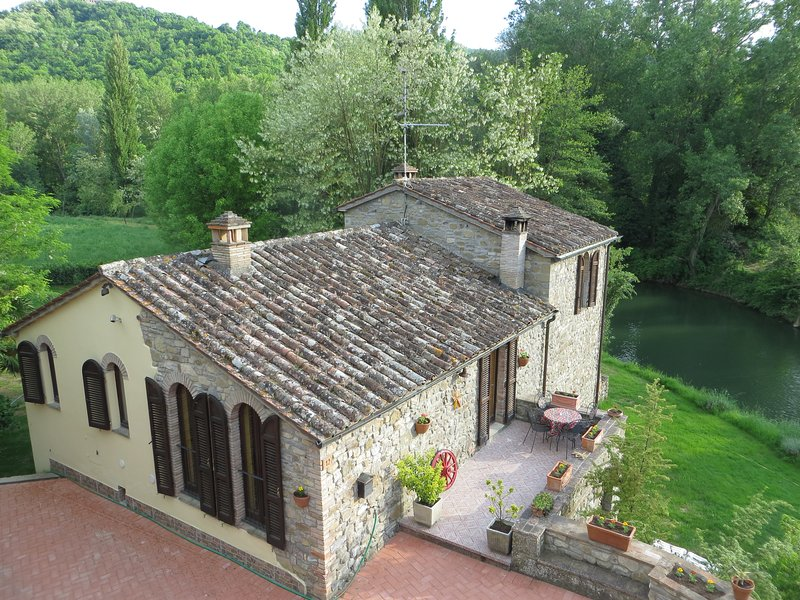 Old mill of 1600 immersed in the green banks of the Tiber