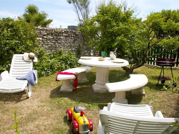 jardín privado con mobiliario de jardín
