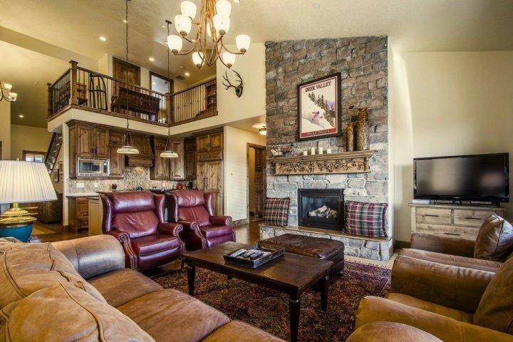 Grande sala com lareira, HDTV Direct TV, e centro de entretenimento.