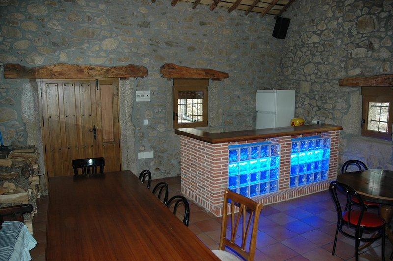 Casa Rural de 4 dormitorios, 3 baños, barbacoa etc. WIFI GRATIS, aluguéis de temporada em Hoyorredondo