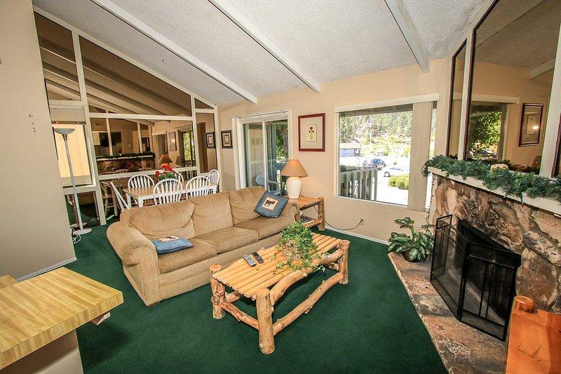 Boulder Creek Lakeside Upper Level Condo / Minutes to Town or Marina, alquiler de vacaciones en Angelus Oaks