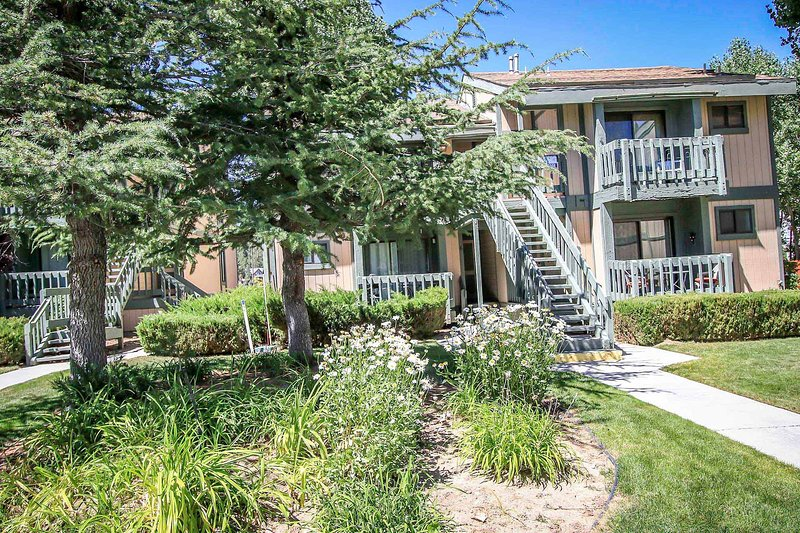 Boulder Creek Lakeside Upper Level Condo / Minutes to Town or Marina, holiday rental in Angelus Oaks