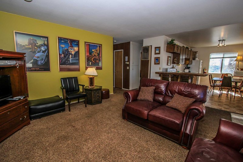 Couch,Furniture,Chair,Dining Table,Table