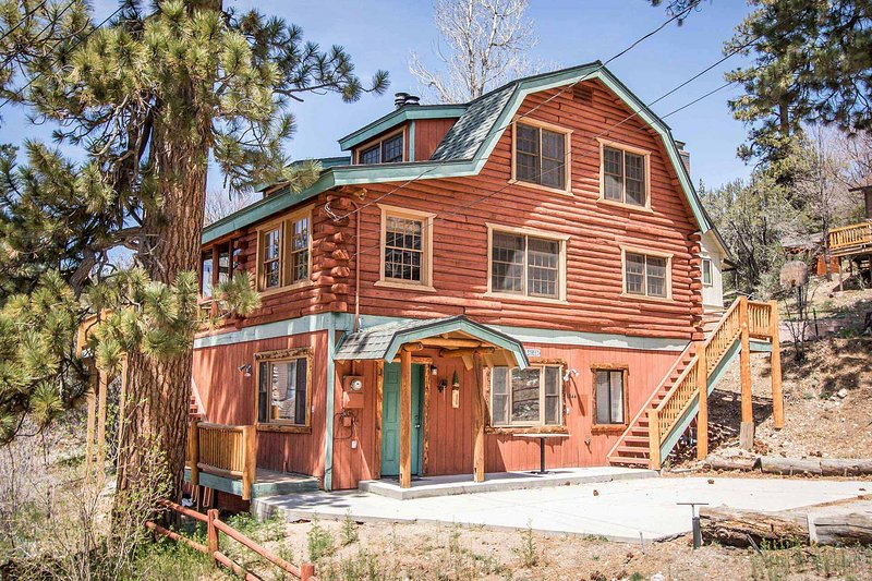 Bear Lodge ultra Spacious Fawnskin Lakeview Chalet / Games, vacation rental in Lucerne Valley