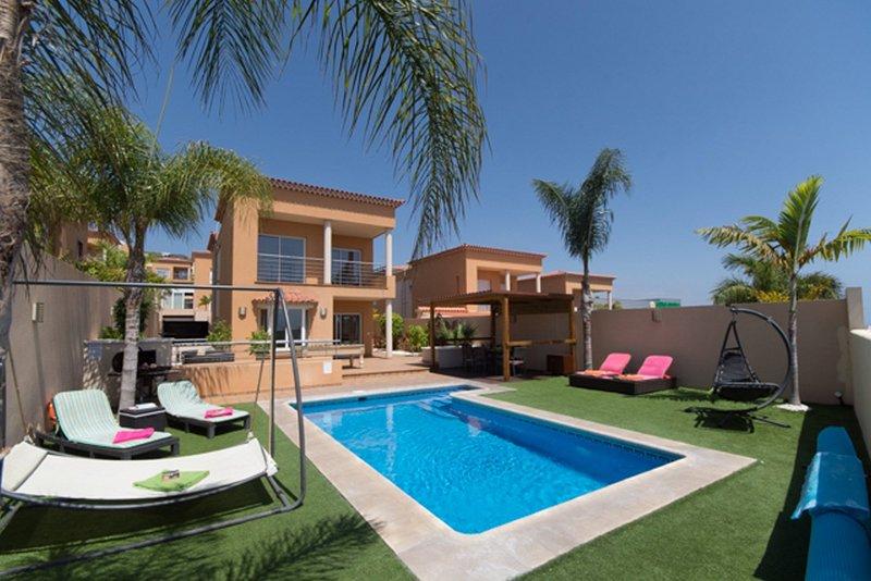 Verwarmd zwembad en een prachtig terras.