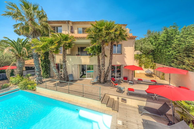 CENTRAL -- MANY PANORAMIC SEA VIEWS -- HEATED Pool ! 7 Bedrooms., holiday rental in Sainte-Maxime