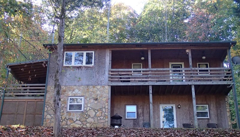 Lost Creek Retreat 3 bedroom 2 bath home with lake view and dock access, location de vacances à Tullahoma