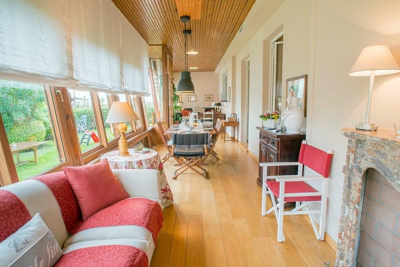 véranda climatisée avec salon, salle à manger et un studio