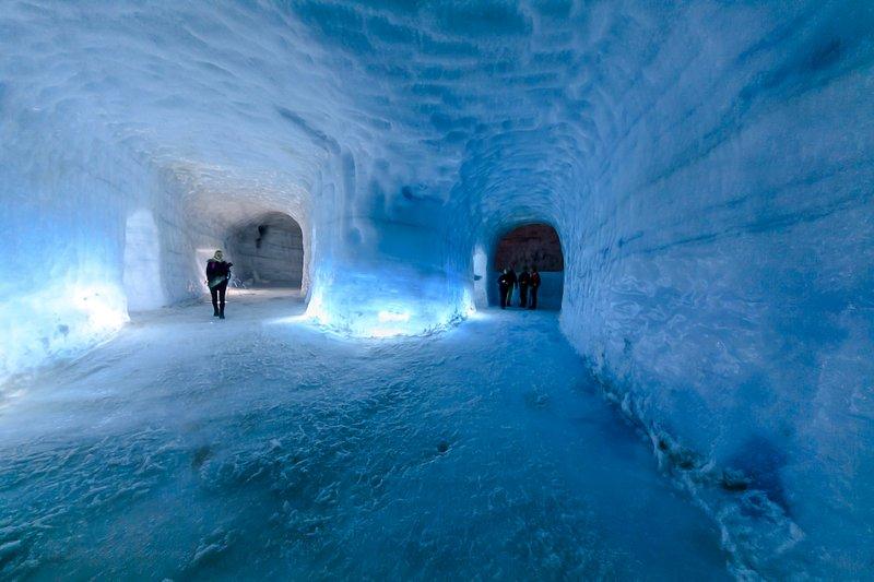 IceCave largo de Europa en Langjökull glaciar, Islandia Occidental