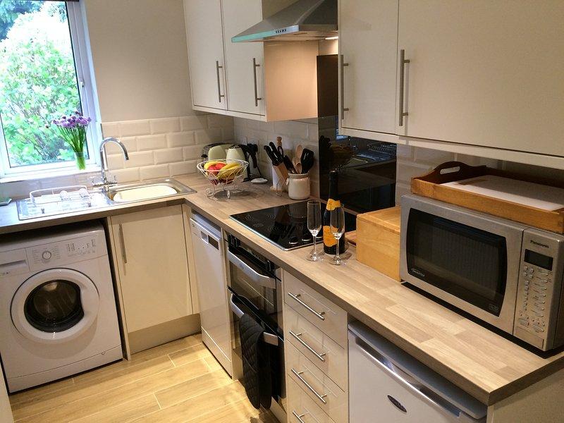 Nueva cocina totalmente equipada con lavavajillas, lavadora, horno doble, vitrocerámica, micowave