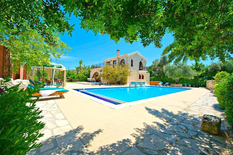 3 Bed Luxury Villa - Huge 14x7m Swimming Pool, vacation rental in Limni