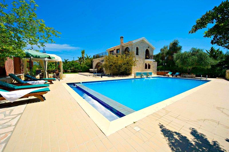 Exceptional Villa - Huge 14mx7m Pool - Sea Views, holiday rental in Argaka