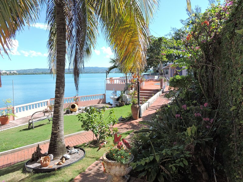 2BR 2BT Tranquil Waterfront Villa(s), Montego Bay, location de vacances à Montego Bay