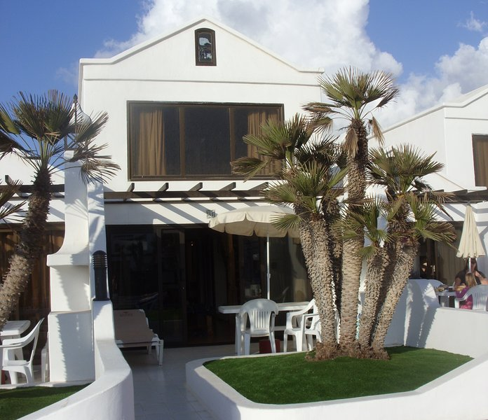 2 Bed Villa on 4* Beach Front Resort, vacation rental in Costa Teguise