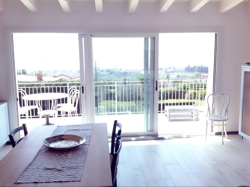 inomhus och utomhus matbord på verandan