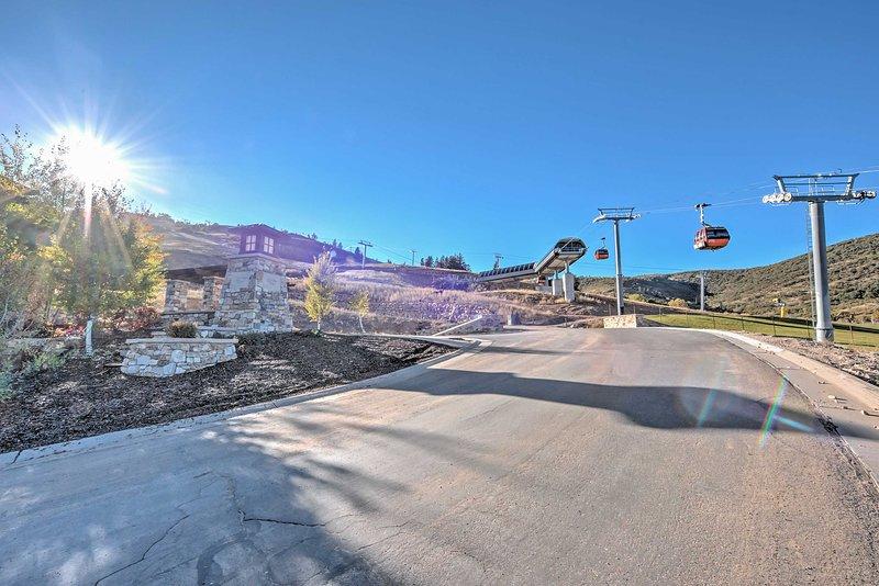 Com, o acesso ski-out verdadeiro ski-in, o Red Pine Gondola fica a apenas 300 pés fora da porta dos fundos!