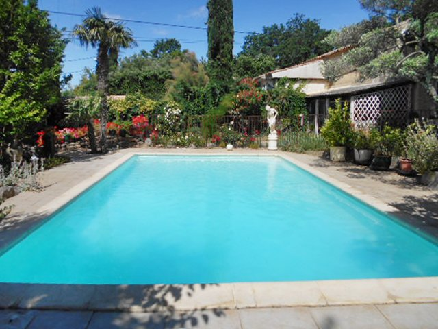 Beautiful house with shared pool, casa vacanza a Cavillargues