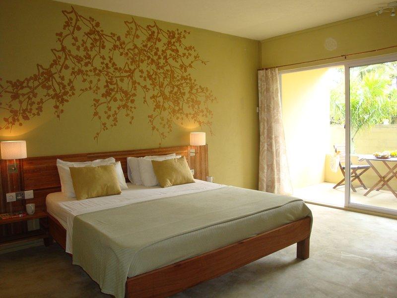 Los estudios son elegantes tiene una cama de matrimonio con sábanas de algodón 100%