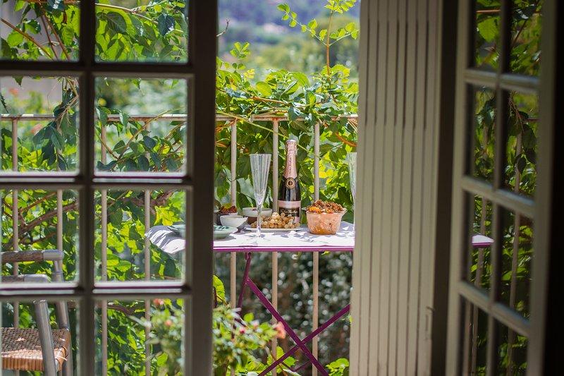 Double bedroom with sunny balcony, holiday rental in Lourmarin