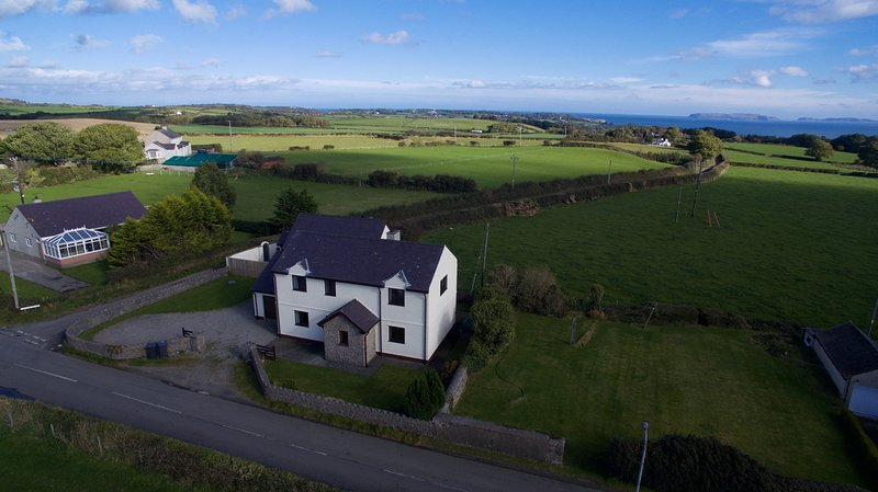 Ty'n Rardd Farmhouse, Beaumaris, LL58 8TH, holiday rental in Beaumaris
