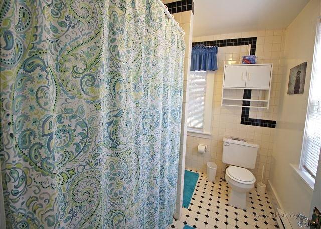 First floor Queen bath