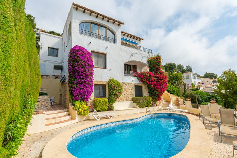 Pretty apartment in villa style setting with sea views and pool near Moraira, vacation rental in Benissa